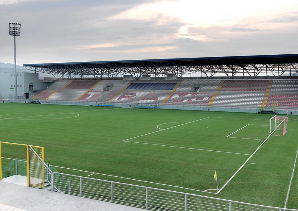 Voetbalstadion bij het winkelcentrum in Teramo